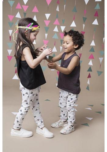 Dievčenské tričko bez rukávov v čiernej farbe s prekrížením do X vzadu