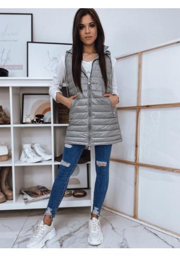Dlhšia prešívaná dámska vesta svetlosivej farby s kapucňou