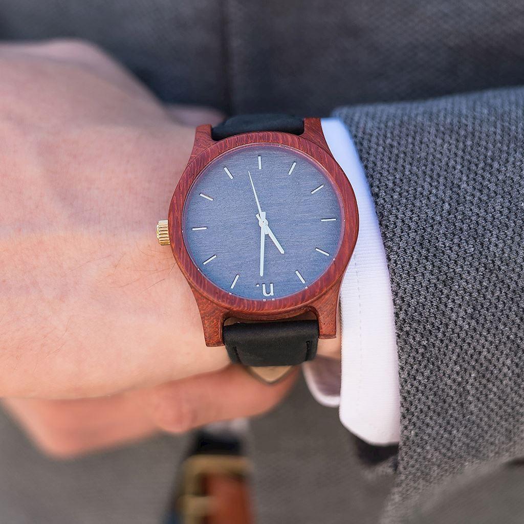 4ca8b0b24 Pánske drevené hodinky s koženým remienkom v čierno-sivej farbe -  premamku.sk