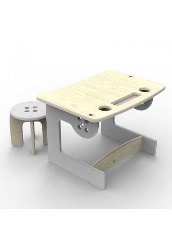 Drevený stôl so stoličkou v oranžovej farbe