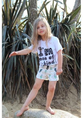 Dievčenské kraťasy v bielej farbe s potlačou malých cukrových vát