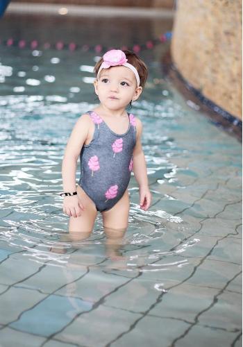 Biele jednodielne plavky s potlačou sladkej cukrovej vaty pre dievčatá