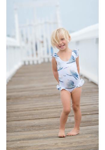 Dievčenské jednodielne plavky s potlačou farebných vtáčikov v bielej farbe a volánikov