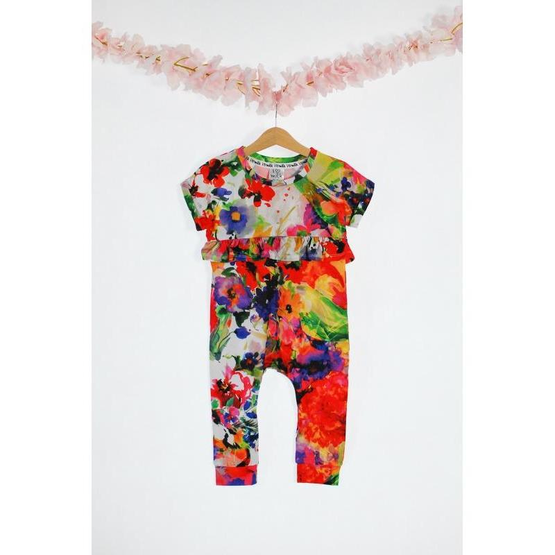 f568fd979 Dievčenský overal s krátkym rukávom s potlačou letných kvetov s volánom v  bielej farbe