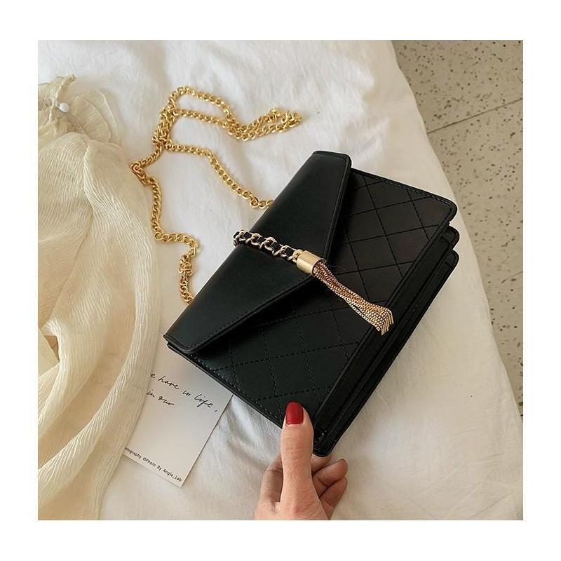 8f0a161f7 Elegantná dámska kabelka čiernej farby so zlatými doplnkami ...