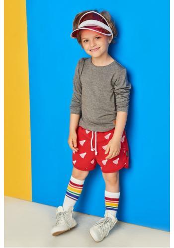 Červené kraťasy s potlačou bedmintonových loptičiek pre deti