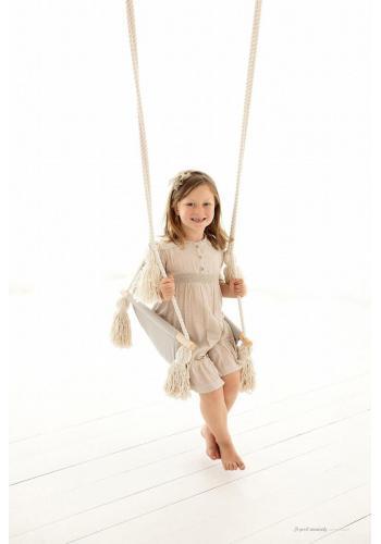 Sivá ľahká hojdačka so strapcami pre deti