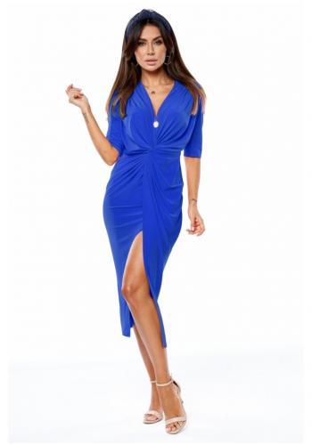 Dámske predĺžené šaty s rázporkom a obálkovým výstrihom v modrej farbe