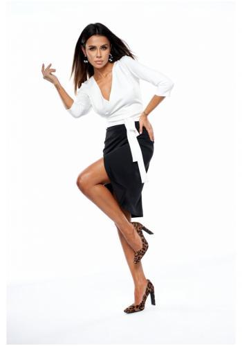 Štýlová sukňa s vysokým pásom v čiernej farbe s rázporkom