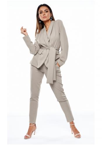 Štýlový dámsky komplet saka a nohavíc s viazaním v páse v šedej farbe