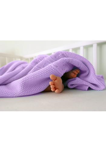 Mäkká pletená deka vo fialovej farbe