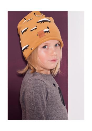 Detská čiapka s potlačou jazvecov a logom v horčicovej farbe