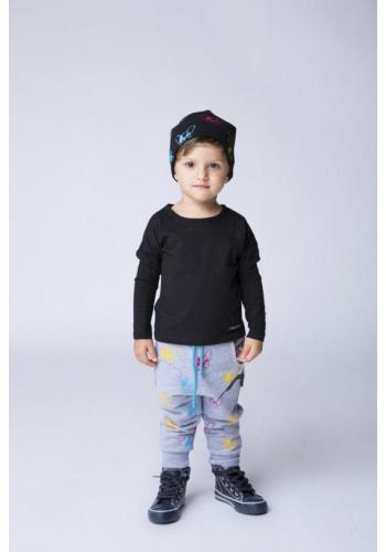 Detská čiapka s potlačou farebných psov v čiernej farbe