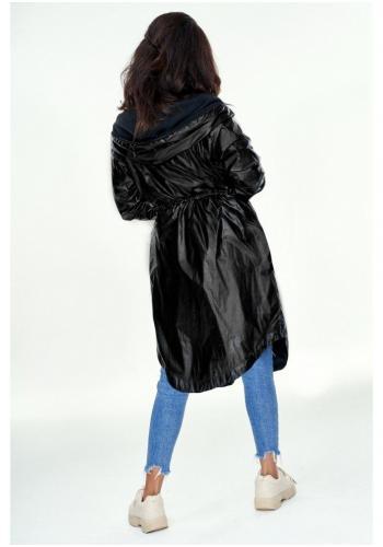 Štýlový dlhý plášť s kapucňou v čiernej lesklej farbe pre dámy