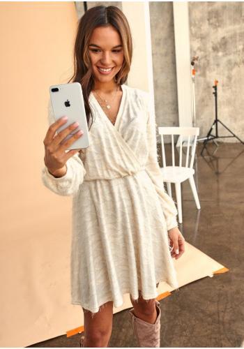 Dámske svetrové šaty s obálkovým výstrihom v béžovej farbe