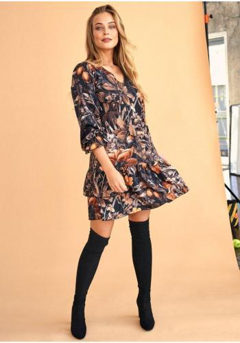 Dámske mini šaty v čiernej farbe s potlačou kvetov s volánmi a opaskom