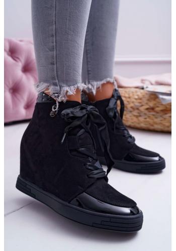 Semišové dámske Sneakersy čiernej farby s lakovanými vložkami