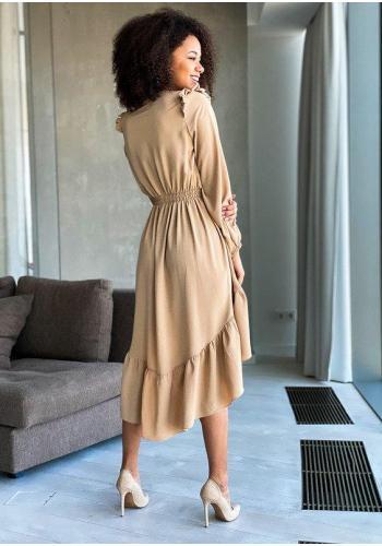 Béžové šaty stiahnuté v páse s asimetrickou sukňou a ozdobnými volánikmi