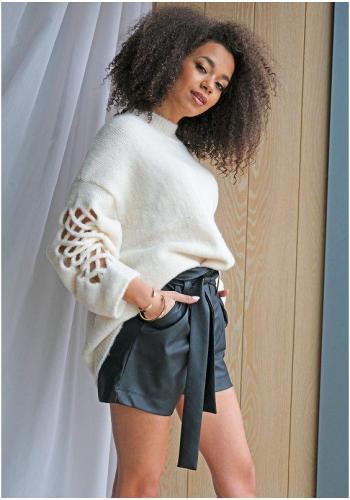 Biely dámsky oversize sveter s mriežkami na rukávoch