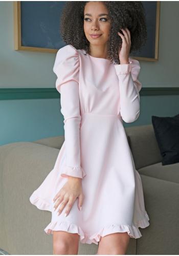 Púdrové lichobežníkové šaty s nariasenými rukávmi a ozdobnými volánikmi