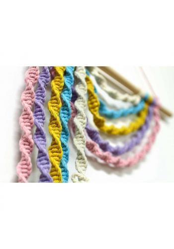 Farebná pletená ozdoba na stenu makramé