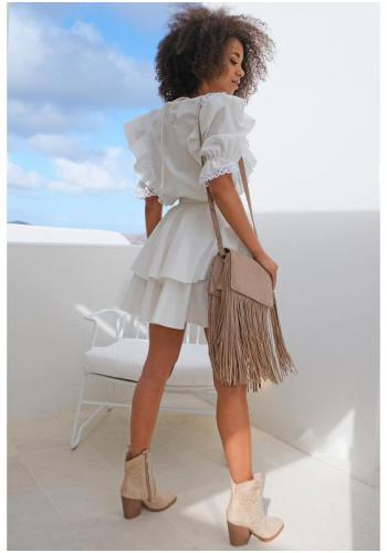 Biele krátke letné šaty s volánmi na ramenách a ozdobnou čipkou