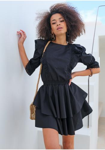 Dámske čierne krátke šaty s volánmi na ramenách a ozdobnou čipkou
