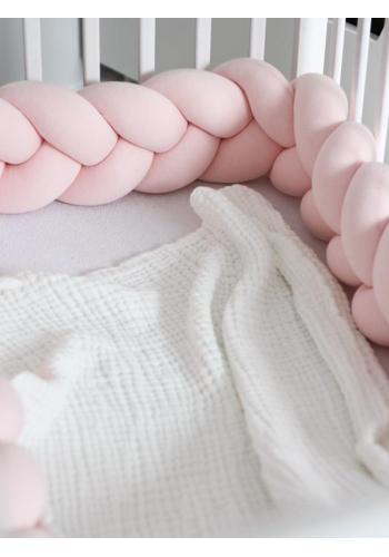 Pastelovo ružový uzlíkový chránič na postieľku