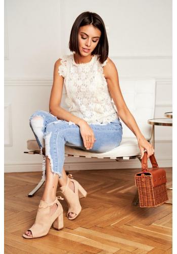 Semišové dámske topánky béžovej farby na podpätku a s otvorenou špičkou