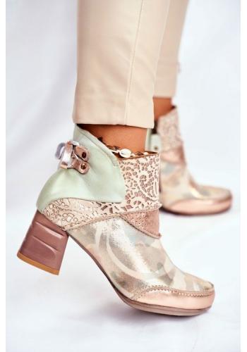 Členkové topánky v béžovej farbe na opätku s aplikáciu v zadnej časti