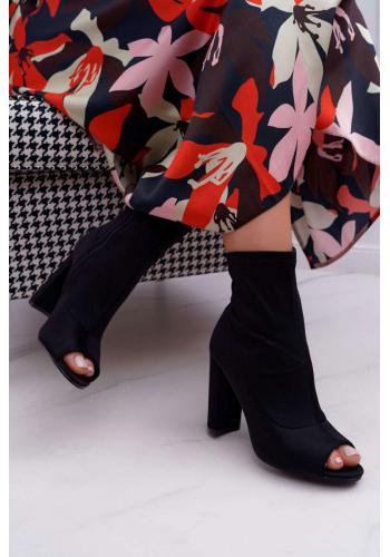 Čierne členkové topánky na podpätku s otvorenou špičkou pre dámy