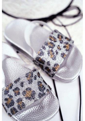 Trblietavé šľapky striebornej farby s leopardím vzorom