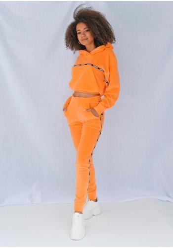 Zamatové neónovo-oranžové tepláky s čiernym pásom na bokoch
