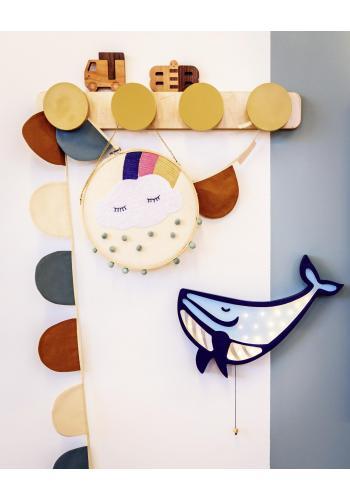 Drevená lampa v podobe veľryby pre deti