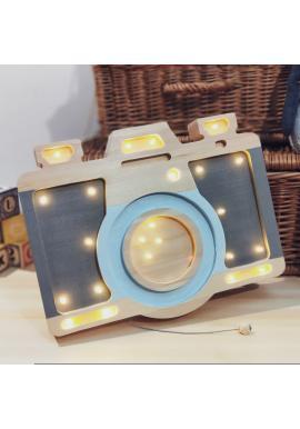 Lampa z dreva v podobe fotoaparátu