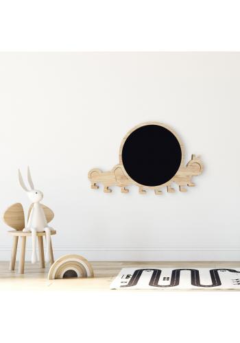 Drevená kriedová tabuľa v podobe húsenice pre deti