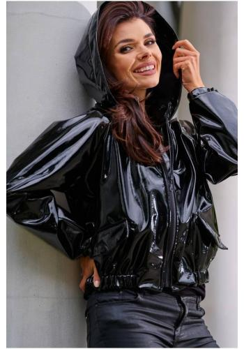 Dámska vinylová krátka bunda s kapucňou v čiernej farbe