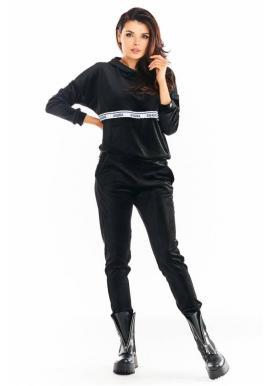 Teplé dámske zamatové tepláky čiernej farby s ozdobným pruhom
