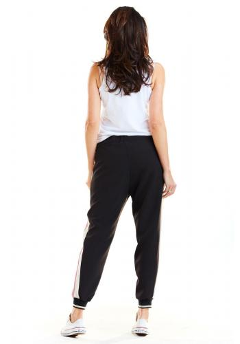 Športové dámske nohavice čiernej farby s ružovo-bielymi pásmi