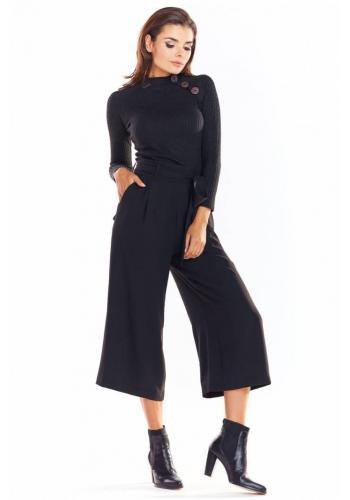 Čierny priliehavý sveter s ozdobnými gombíkmi pre dámy