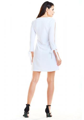 Lichobežníkové dámske šaty bielej farby s viazaním na rukávoch