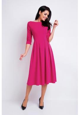 Krásne dámske šaty ružovej farby s rozšírenou sukňou