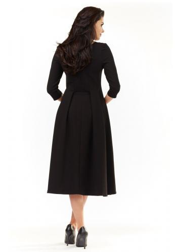 Elegantné dámske šaty čiernej farby pod kolená