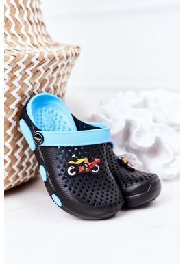Trendy čierne-modré gumené šľapky s motorkou pre chlapcov