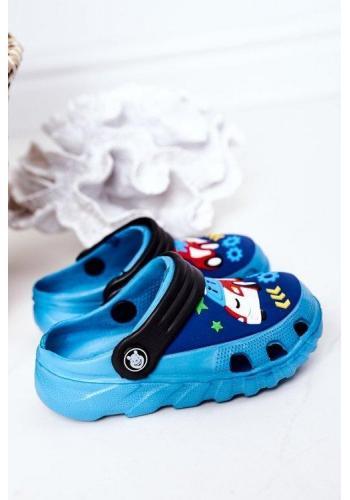 Trendy chlapčenské gumené šľapky s obrázkom autíčka modro-čiernej farby