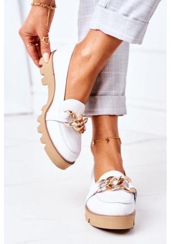 Trendy dámske mokasíny bielej farby so zlatou reťazou