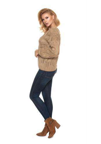 Ažúrový dámsky oversize sveter kapučínovej farby s véčkovým výstrihom