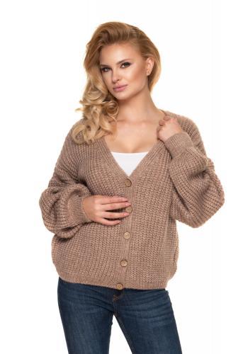 Krátky dámsky oversize sveter kapučínovej farby s drevenými gombíkmi
