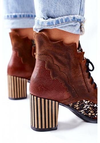 Trendy dámske zdobné čižmy v hnedej farbe